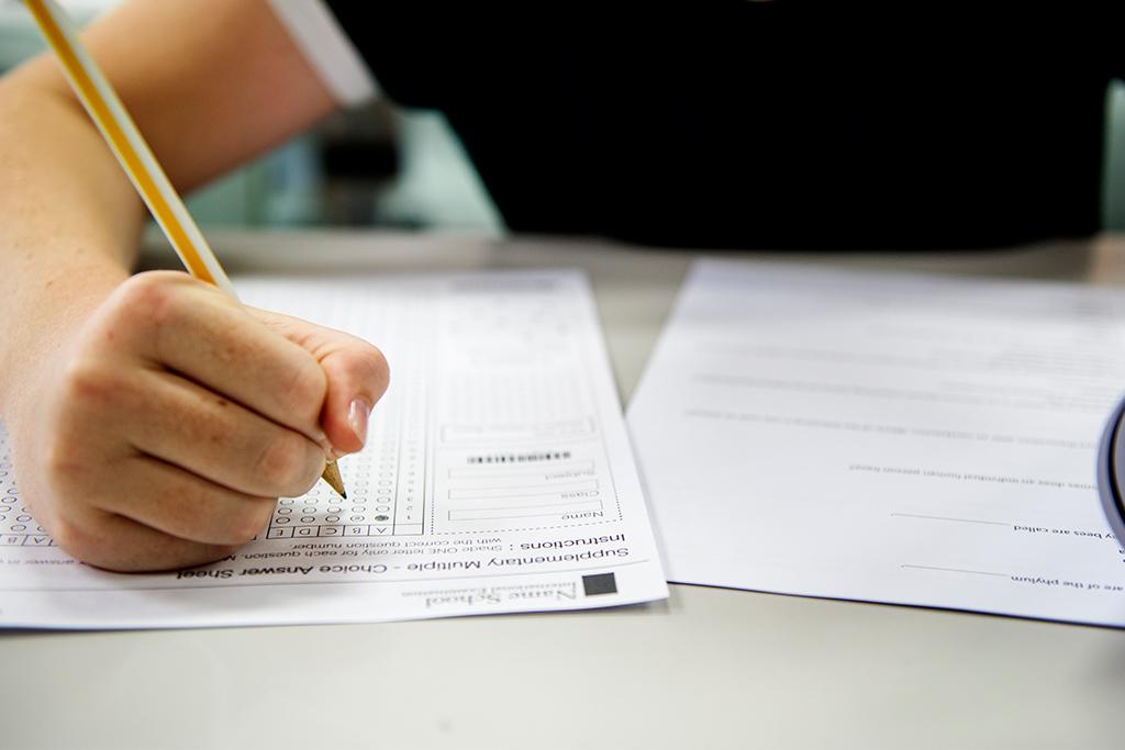 Person Füllt Abschlussprüfung Aus